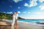Mężczyzna i kobieta romantyczna para na tropikalnej plaży — Zdjęcie stockowe