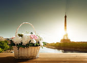 Flowers in basket and Eiffel tower, Paris — Foto Stock