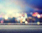 Asphalt road and blurred modern city — Fotografia Stock