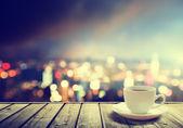 καφέ στο τραπέζι το βράδυ της πόλης — Φωτογραφία Αρχείου