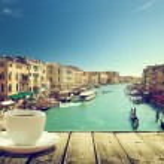 Kaffee am Tisch und Venedig im Sonnenuntergang Zeit, Italien — Stockfoto #50590061