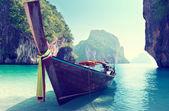 Barca e isole nel mare delle andamane tailandia — Foto Stock