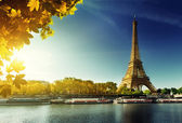 Seine in Paris with Eiffel tower in autumn season — Foto Stock