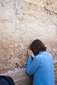 JERUSALEM, ISRAEL - MARCH 14, 2006: A woman prays at the Wailing — Stock Photo