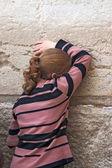 Jerusalem, İsrail - 14 Mart 2006: ağlayan bir kadın dua ediyor — Stok fotoğraf