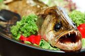 Pesce fritto con erbe fresche — Foto Stock