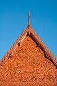 Escultura decora o telhado do templo budista — Foto Stock