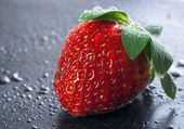Wet sweet strawberry — Stock Photo