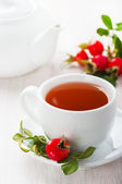 Fresh rose hip and drink a cup of rose hips — Stock Photo
