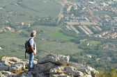 Man hiker looking over town — Stockfoto
