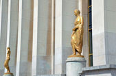 Golden statue Palais de Chaillot — Stock Photo