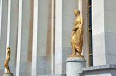 Golden statue Palais de Chaillot — Stock Photo