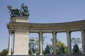 Vrouwelijke standbeeld van vrede in heroes square boedapest — Stockfoto
