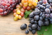 Bunches of black grapes and pink. — Stock Photo