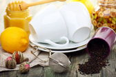ハチミツとレモン - 風邪やインフルエンザの治療薬とお茶. — ストック写真