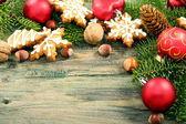 Perník cookie s jedle kavkazská a vánoční hračky. — Stock fotografie