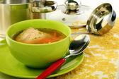 Soep in kom en roestvrij stalen pan. — Stockfoto