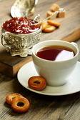Chá com biscoitos pequenos e geleia de figo. — Foto Stock