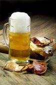 Gesalzener fisch und einem vollen glas bier. — Stockfoto