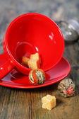 Thee en rode kopçay ve kırmızı kupası. — Stockfoto