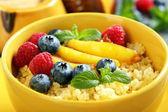 Каша с ягодами и фруктами - здоровый завтрак. — Стоковое фото