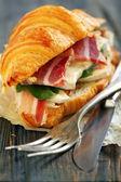 Croissant mit schinken und käse hautnah. — Stockfoto