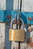 замок и цепь на старые деревянные двери — Стоковое фото