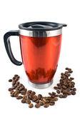 Kırmızı bir termos kahve çekirdekleri ile — Stok fotoğraf