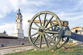 Old cannons on fortress and tower over blue sky — Stock Photo