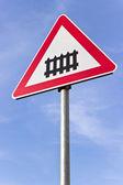 Demiryolu geçidi işareti mavi gökyüzü üzerinde bir engel ile — Stok fotoğraf