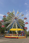 Ferris Wheel in park over blue sky — Stock Photo