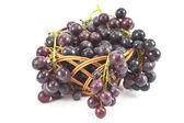 Ciemne winogrona w kosz na biały — Zdjęcie stockowe