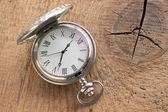 Reloj de bolsillo de plata sobre fondo de madera — Foto de Stock