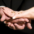 Wedding rings in the hands of a bride and groom — Stock Photo