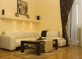 Interior, sala com sofá branco no meio — Fotografia Stock
