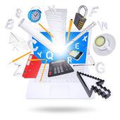 Ordenador portátil y material de oficina — Foto de Stock