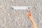 Mão humana indica a barra de pesquisa no navegador — Foto Stock