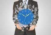 Biznesmen trzymać zegar — Zdjęcie stockowe