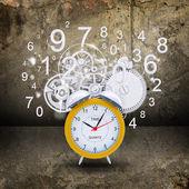 часы-будильник с белые фигуры и маски — Стоковое фото