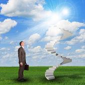 Empresario mirando a las escaleras en el cielo — Foto de Stock