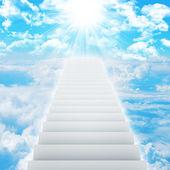 лестница в небо с облаками и солнцем — Стоковое фото