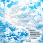 винтовые лестницы в небо с облаками и солнцем — Стоковое фото