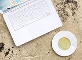 Filiżanka kawy i laptopa — Zdjęcie stockowe