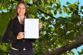 предприниматель, удерживая держатель бумаги — Стоковое фото