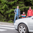 Foto Stock: Familiy waiting by Crosswalk