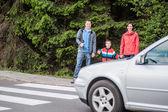 Familia esperando por el paso de peatones — Foto de Stock