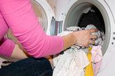 Mujer relleno lavadora — Foto de Stock
