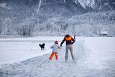 łyżwiarka figurowa na zamarzniętym jeziorze — Zdjęcie stockowe