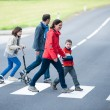 Foto Stock: Family walk at Crosswalk