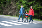 Família a atravessar a estrada — Foto Stock